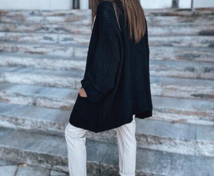 stylizacja jesienna z białymi spodniami i czarnym swetrem